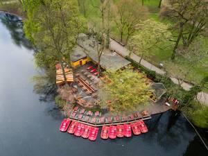 Tretboote am Teich im Park Volksgarten in Köln