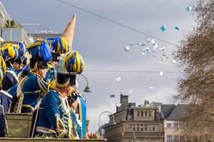 Treue Husaren werfen Zuschauern Päckchen zu - Kölner Karneval 2018