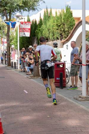 Triathlet Tristan Olij läuft bei einem Triathlon von hinten fotografiert