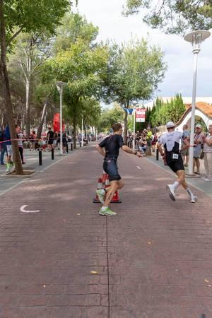Triathleten Julian Hegg und Jesper Nybo Riis machen die Wende bei dem Wendepunkt des Challenge Triathlonwettbewerbs in Paguera