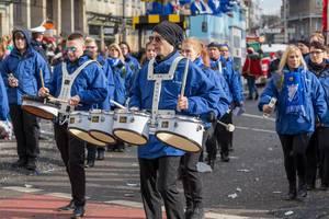 Trommler in blauen Jacken beim Rosenmontagszug - Kölner Karneval 2018