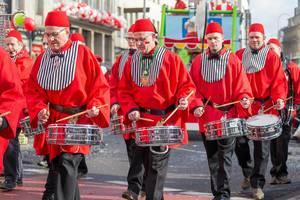 Trommler mit roten Hemden und Mützen beim Rosenmontagszug - Kölner Karneval 2018