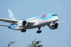 Tui Flugzeug im Landeanflug in der Luft