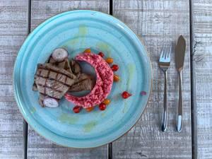 Tunfischsteaks mit Rote Beete Risotto. Draufsicht