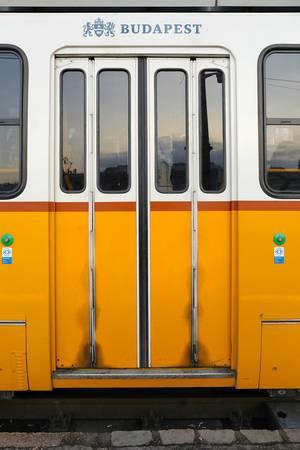 Tür einer Tram in Budapest im Retroook