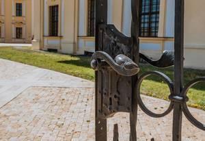 Tür mit Metallgriff am Schloss Slavkov in Austerlitz, Tschechien