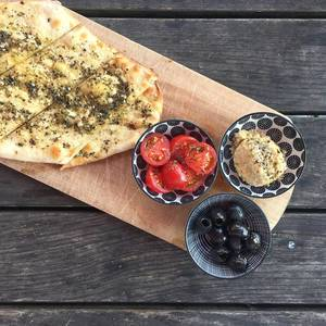 Türkisches NAN-Brot mit Hummus und Oliven