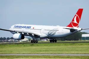 Turkish Airlines Flugzeug startet vom Flughafen Amsterdam Schiphol