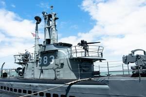 Turm eines U-Bootes mit Periskop und sämtlichen Antennen