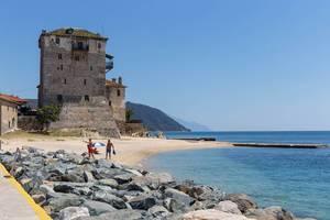 Turm von Prosphorion am Strand in Ouranoupoli, Griechenland