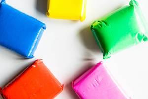 Tüten mit formbarem Schaum in verschiedenen Farben