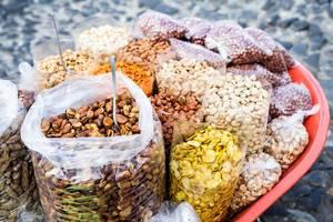 Tüten mit Saubohnen, Erdnüssen und Pistazien