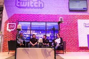 Twitch Livestream-Ecke mit Developern von Mittelerde: Schatten des Krieges - Gamescom 2017, Köln