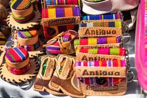 Typische bunte Souvenirs wie Geldbörsen, Boxen und Schuhe aus Antigua, Guatemala