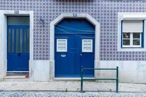Typische Häuserwand in Lissabon mit Keramik-kacheln