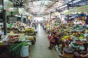 Typisches, asiatisches Essen in einer Markthalle in Vietnam