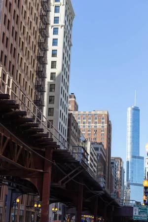 U-Bahn-Trasse und der Trump International Hotel & Tower im Hintergrund
