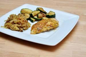 Überbackende Hähnchenbrust mit Kartoffelrösti und Zucchinigemüse