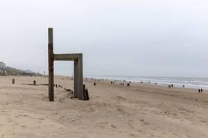 Übergroßer Stuhl aus Holz am Strand von Zandvoort, Niederlande
