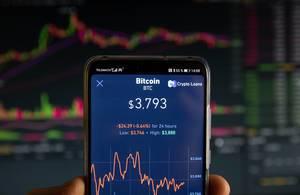 Übersicht Börsenwert von Bitcoin (BTC) auf Display eines Mobiltelefons