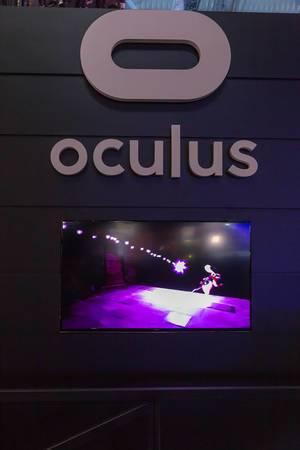 Übertragung des Spielgeschehens auf ein Bildschirm am Messestand von Oculus