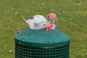Übervolle grüne Mülltonne