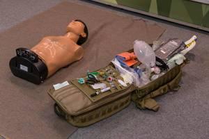 Übungspuppe mit einem Notfall Arzneikoffer an der Photokina in Köln