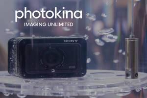 "Ultrakompakte Premiumkamera Sony RX0 im Wasserresistenz-Test, neben dem Bildtitel ""photokina Imaging Umlimited"""