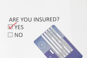 Umfrage bezüglich Reiseversicherung mit Yes und No Antwortmöglichkeiten