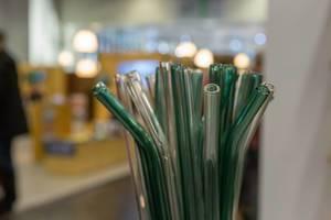 Umweltfreundliche gläserne Strohhalme für Reduktion von Plastik, Hintergrund mit Unschärfe