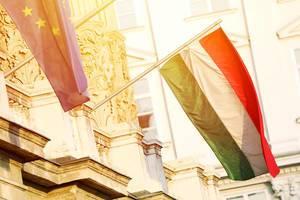 Ungarische Flagge weht neben der Europaflagge