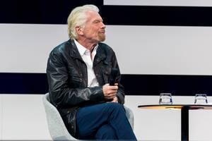 Unternehmer und Investoren Ikone Richard Branson im Gespräch auf der Bühne in Lederjacke