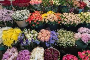 Unterschiedliche Blumensträuße in einem Geschäft am Danilovsky Market in Moskau