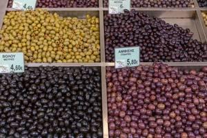 Unterschiedliche eingelegte Oliven im Regian Supermarkt in Thessaloniki