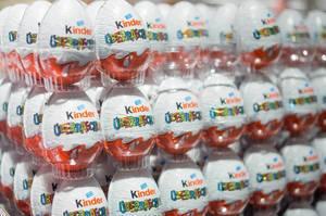 Unzählige Kinderschokolade Überraschungseier in Plastikschalen aufeinander gestapelt