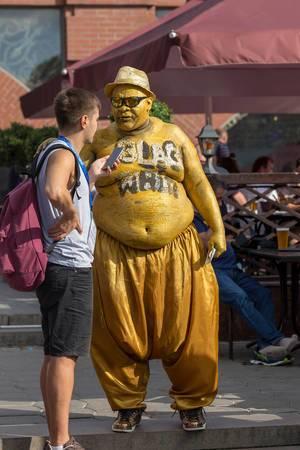 Üppiger Mann in Pluderhose ganz in Gold wird interviewt