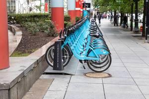 Urbane Mobilität: eine Station vom Divvy Bike Sharing System in Chicago voll mit geparkten Leihrädern