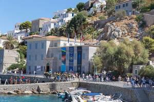 Urlauber am Hafen und vor dem Historischen Archive-Museum der verkehrsfreien Insel Hydra, Griechenland