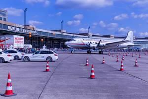 US-amerikanisches Transportflugzeug am Flughafen Berlin Tempelhof