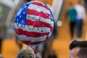 """US-Flagge Luftballon mit Schrift """"Michelle you can!"""" auf der Gründermesse Bits & Pretzels in München"""