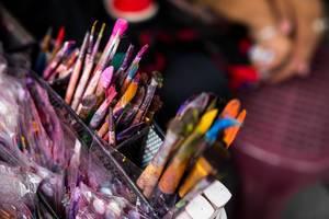 Utensilien eines Künstlers, benutzte Pinsel mit Farbresten in schwarzer Box