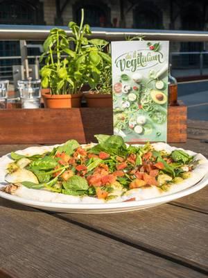Vapiano Köln: Pizza Vegitalia: vegane Pestosauce, Babyspinat, Bruschetta-Tomaten