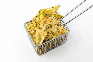 Vaya Bean Salt Snack by Zweifel, with peas, black beans, rice flour and chickpeas, as a healthy, vegan snack, in a small frying basket