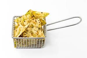 Vaya Bean Salt Snack von Zweifel, mit Erbsen, Bohnen, Reismehl und Kichererbsen, als gesunder, veganer Schnuck, in einem kleinen Frittierkorb