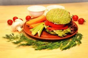 Vegan Burger mit rohem Gemüse