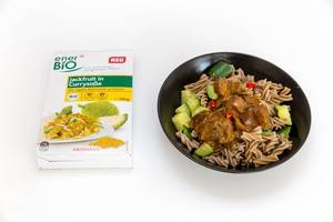 Vegan pasta with jackfruit, cucumber and paprika in currysauce - Rossmann packaging next to the meal
