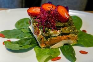 Vegane Lasagne mit Zucchini und Basilikumpesto, Spinat, Cashewnüssen & Macadamiakäse im Flax&Kale Restaurant, Barcelona