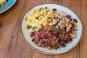 Vegane Mahlzeit - Couscous mit Linsen und roter Beete und Salat aus weißem Bohnen mit Mais und Thunfisch