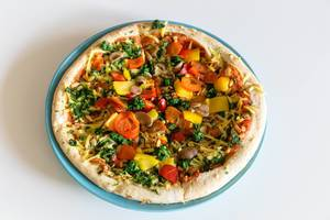 Vegane Pizza Verdura mit Spinat, Champignons, Paprika, Cherrytomaten und Kokosöl
