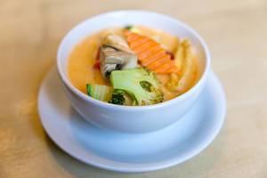 """Vegane """"Tom Yum"""" - Kokosmilch-Suppe mit scharfen Gewürzen, Tofu, Brokkoli,Pilzen und Möhren"""